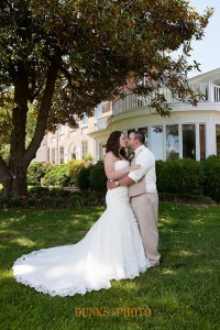 couple kissing in front of combsberry inn maryland